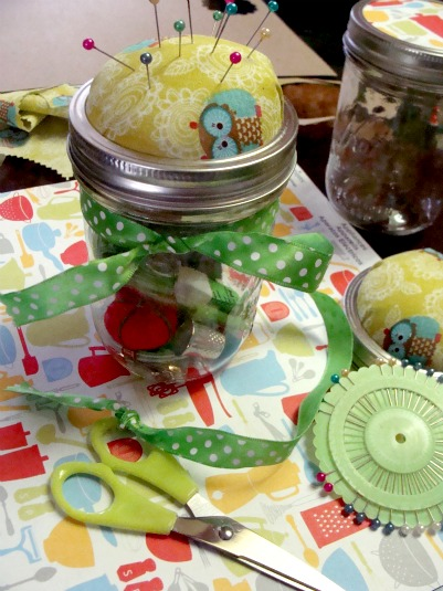 Finished mason jar pin cushion - DIY pin cushion is easy to make! DearCreatives.com