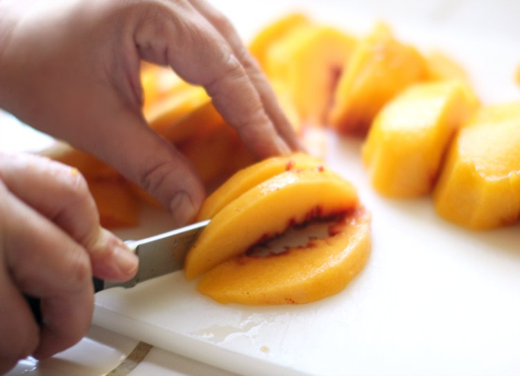 How to peel and slice peaches