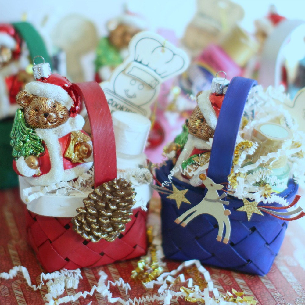 Christmas Crafts homemade gift ideas DIY mini gift baskets with ornaments & Christmas Crafts Homemade Mini Gift Basket Ornaments DIY