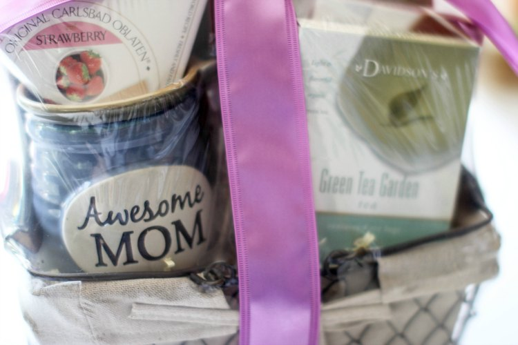 Gift Guide | gift ideas DearCreatives.com closeup of gourmetgiftbaskets Mother's Day gift basket