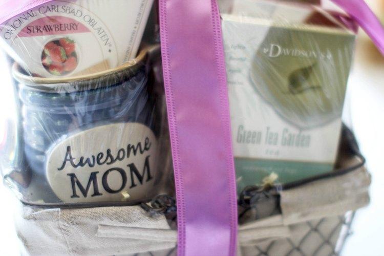 Gift Guide | gift ideas DearCreatives.com closeup of gourmetgiftbaskets Mother's Day gift basket