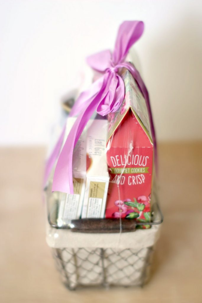 Gift Guide | gift ideas DearCreatives.com side view of gift basket from gourmetgiftbaskets