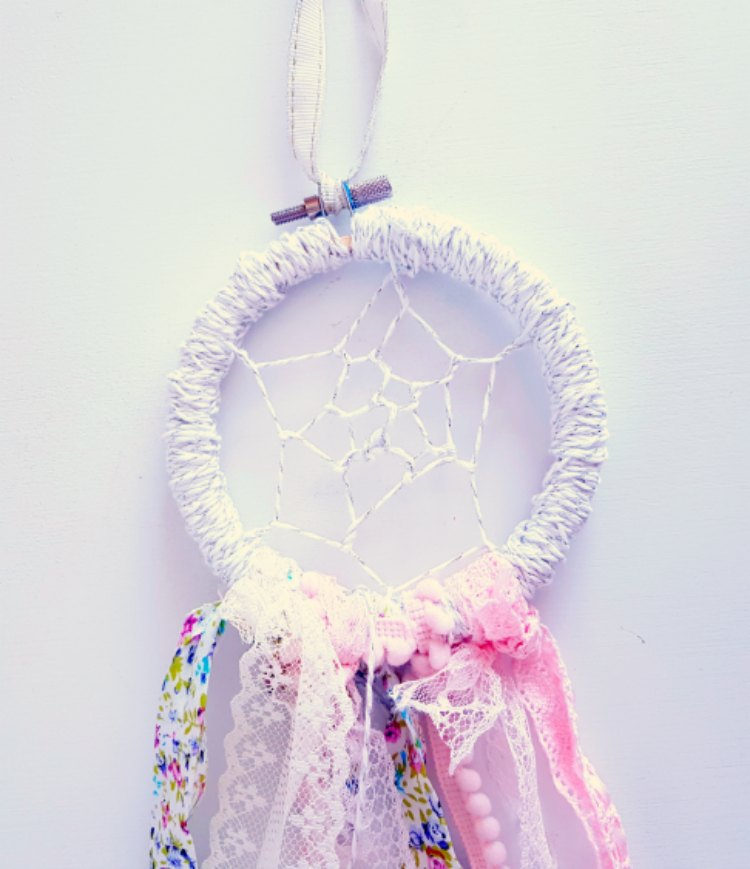 Dreamcatcher DIY see how to make a dreamcatcher this is an easy craft to make and can be a teen craft too. See how at DearCreatives.com #dreamcatcher #boho #crafts #diy #teencraft