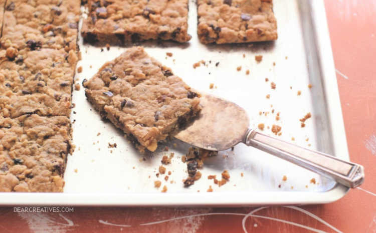 chocolate chip cookie bars © 2019 Theresa Huse -bar cookies recipe DearCreatives.com